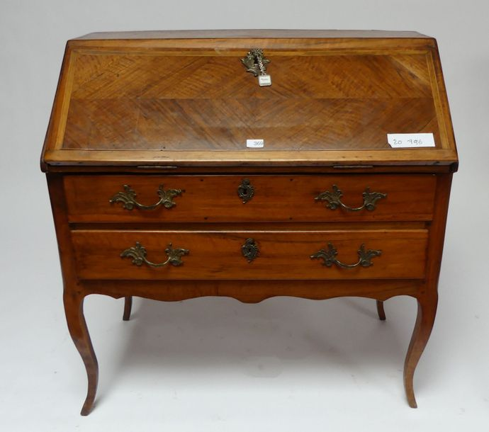 COMMODE SCRIBAN en bois naturel. Style Louis XV