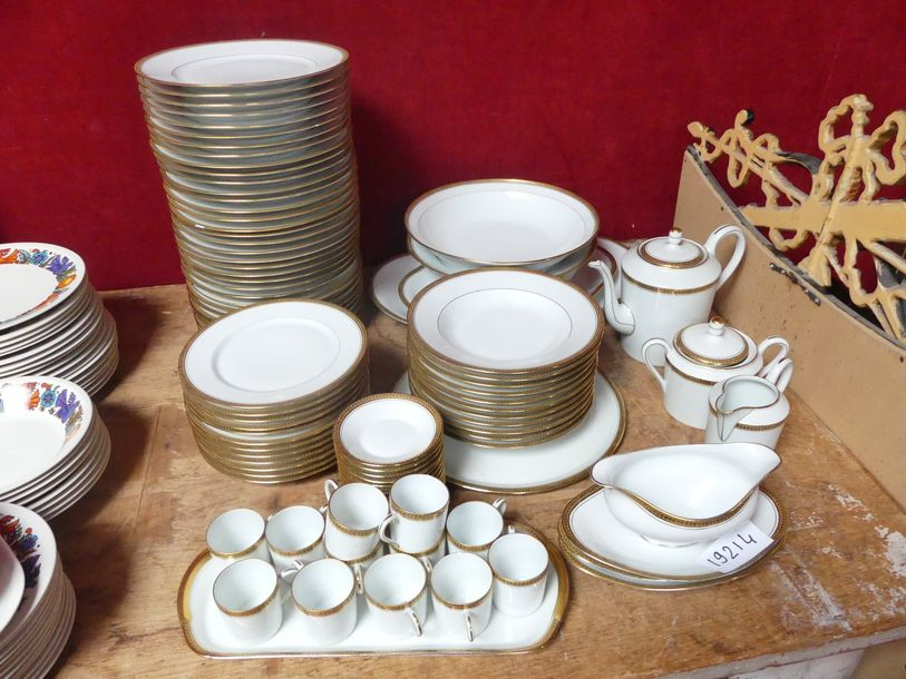 *LIMOGES HAVILLAND, importante partie de service de table en porcelaine blanche…