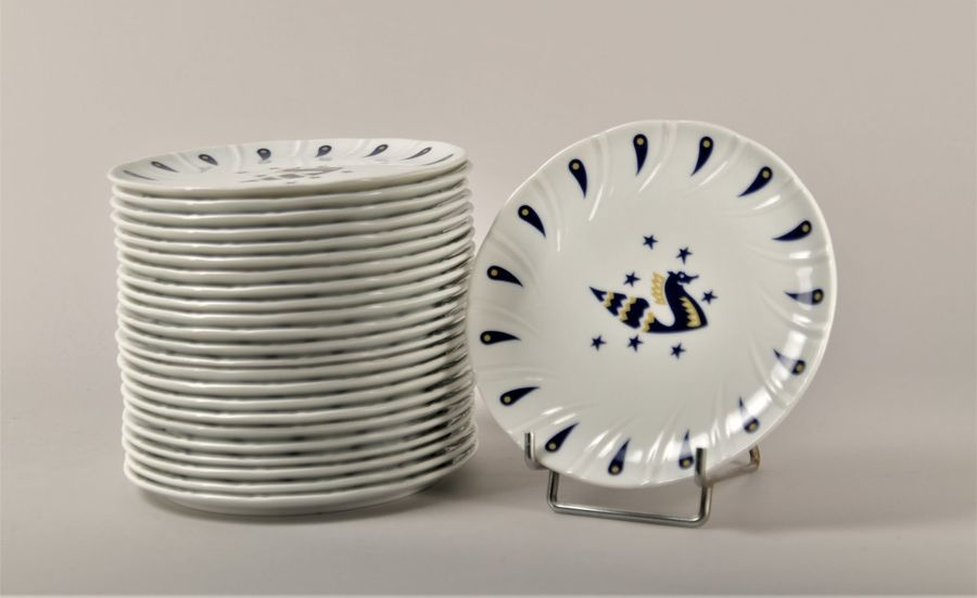 Ensemble de 24 assiettes en porcelaine, décor en bleu et or de Jean Picart le Do…