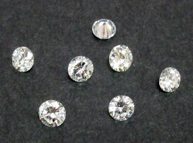 Lot de 7 diamants sur papier calibrant : 1 x 0.5ct environ 6 x 0.4ct environ
