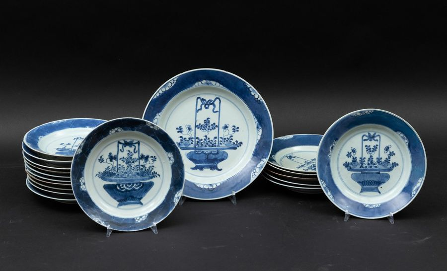 18 porcelain plates, China, Qing Dynasty Kangxi period (1662 1722). Diam from 21…