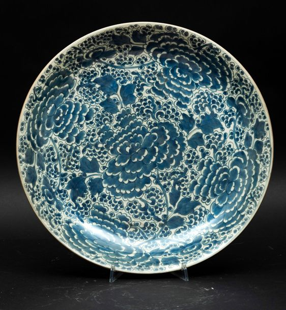A porcelain plate, China, Qing Dynasty Kangxi period (1662 1722). Diam 38cm