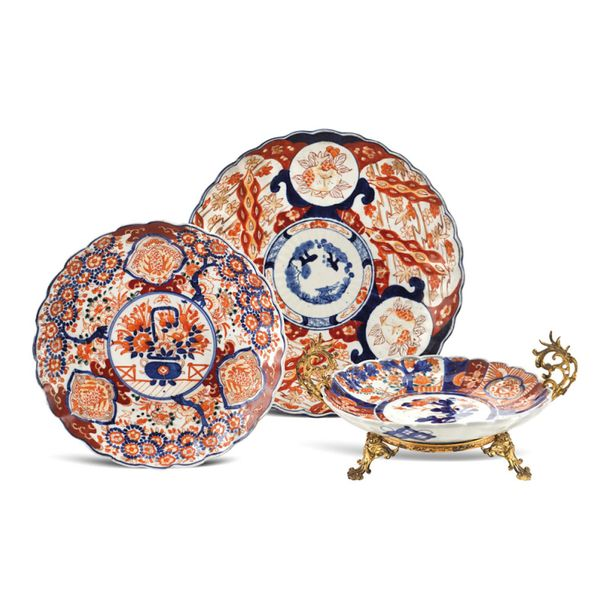Group of Imari porcelain objects (3) 18th 19th century a) porcelain plate painte…