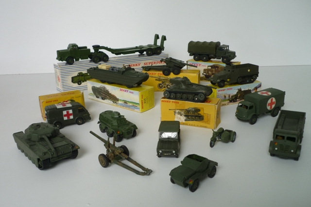 DINKY (7), lot de véhicules militaires :  - Supertoys (GB) 660, Tank Transporter…
