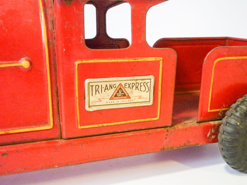 TRIANG EXPRESS - ENGLAND Locotracteur en tôle laquée, marqué [L. BROS LTD - LONDON],…