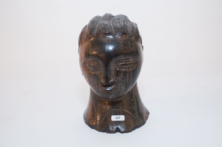 ART TRIBAL Buste, XXe, bois sculpté, h. 22,5 cm [manques].