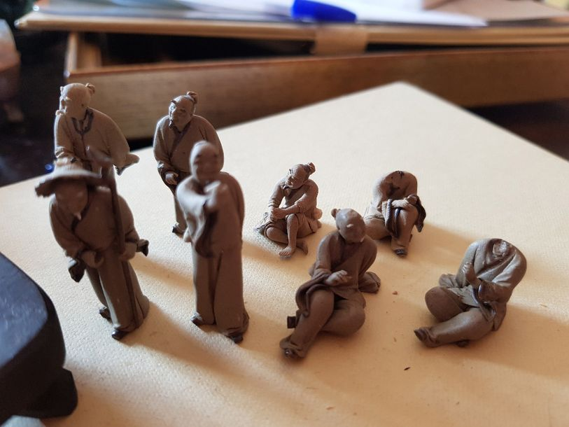 Petits personnages chinois en terre cuite, accidents