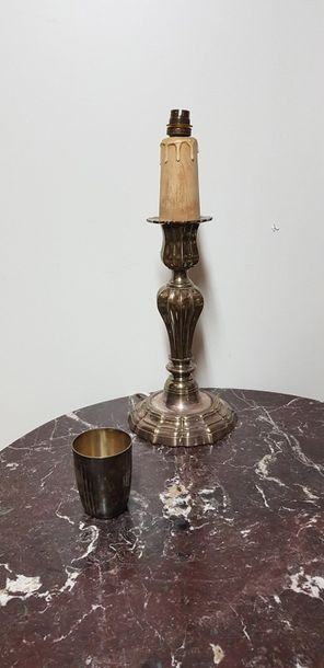 Bougeoir en bronze argenté monté en lampe. H. : 29,3 cm. On joint une timbale en…