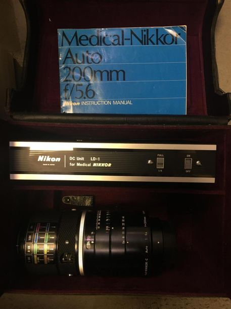 NIKON. Objecitf NIKKOR Medical C, 1:5,6, f=200mm. Et DC Unit LD 1. Dasn son étui…