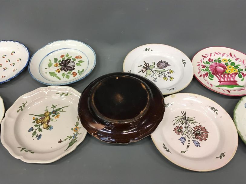 Lot de 13 assiettes en faience