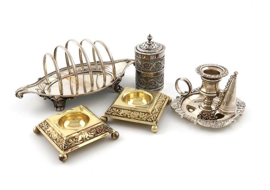 A mixed lot of Georgian and Victorian silver items, comprising: a five bar toast…