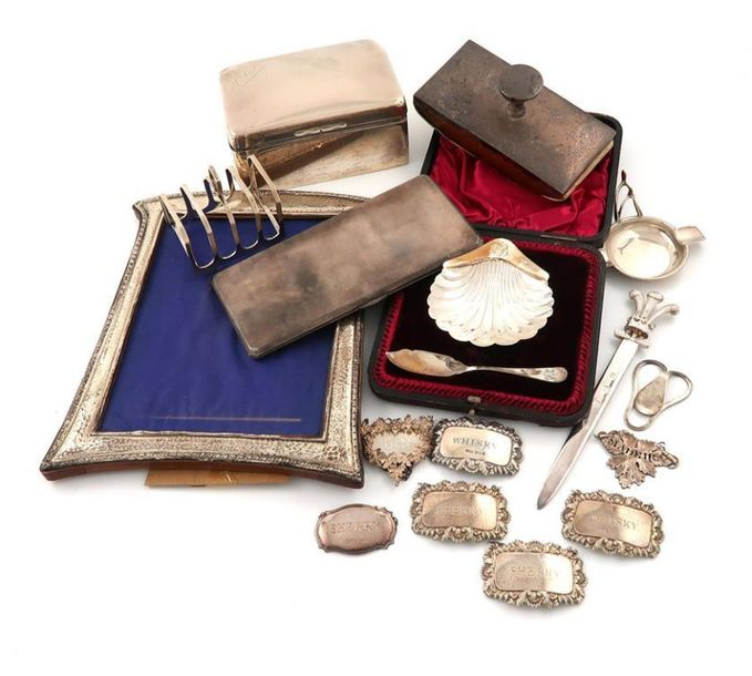 A mixed lot of silver items, comprising: a cased butter dish and spoon, of shell…