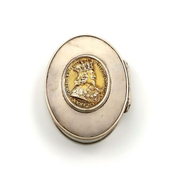 An early 18th century silver snuff box, unmarked circa 1720, oval form, the hing…