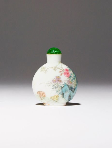 A CHINESE FAMILLE ROSE ENAMELLED GLASS SNUFF BOTTLE FOUR CHARACTER QIANLONG MARK…