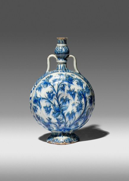 A RARE SAFAVID BLUE AND WHITE PILGRIM FLASK 17TH CENTURY The compressed body mou…