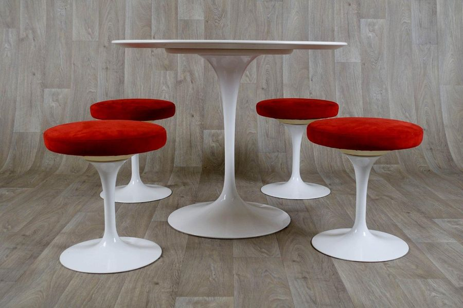 Eero Saarinen (1910 1961) Table ronde et ses quatre Tabourets. Assises tournante…