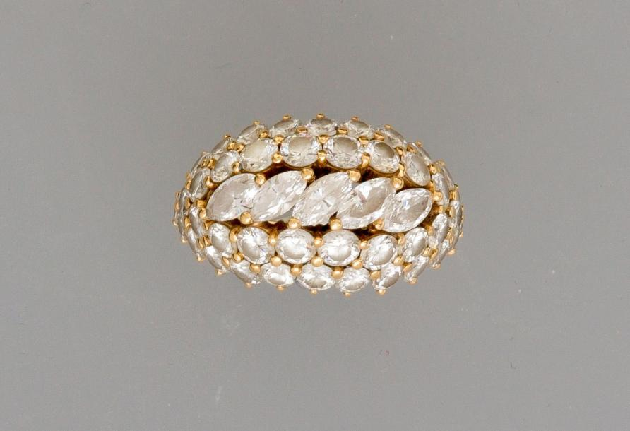 Jolie bague en or jaune, 750 MM, ornée de diamants, total : 2,50 carats environ,…