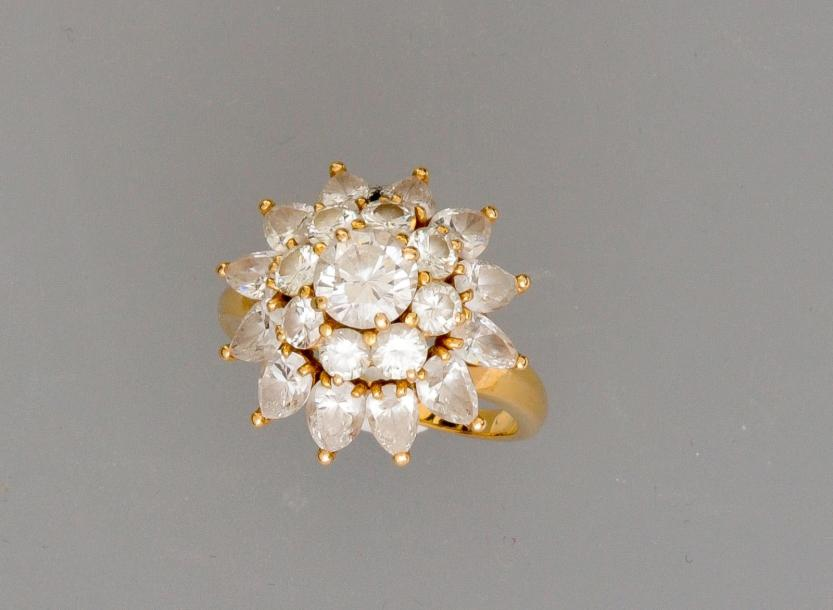 "FRED, Bague ""fleur "" en or jaune, 750 MM, recouverte de diamants taille brillant…"