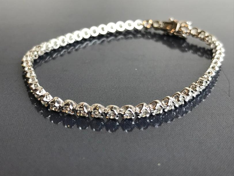 Bracelet Ligne en or blanc, serti de diamants blancs, Fermoir cliquet sécurité,…