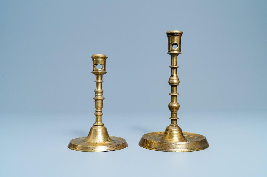Deux bougeoirs en bronze, Flandres ou Pays Bas, 16ème Two Flemish or Dutch knott…