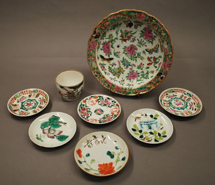 CHINE Ensemble en porcelaine polychrome comprenant six coupelles, un pot à décor…