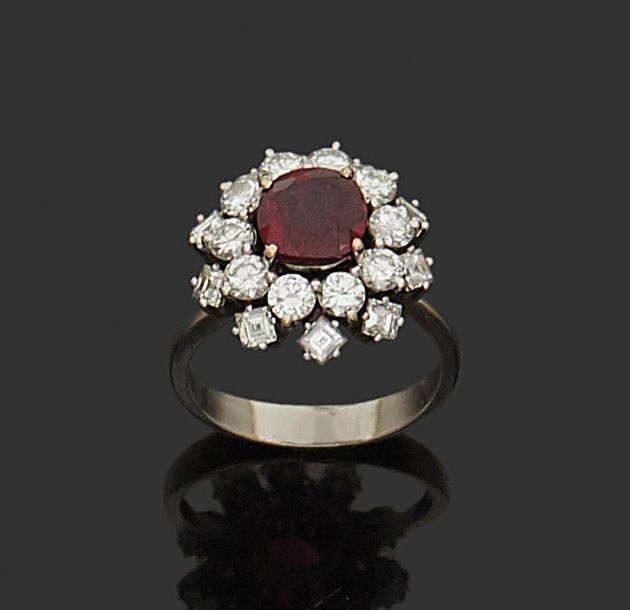 Bague de forme marguerite en or gris 18K (750) sertie d'un rubis et de diamants.…