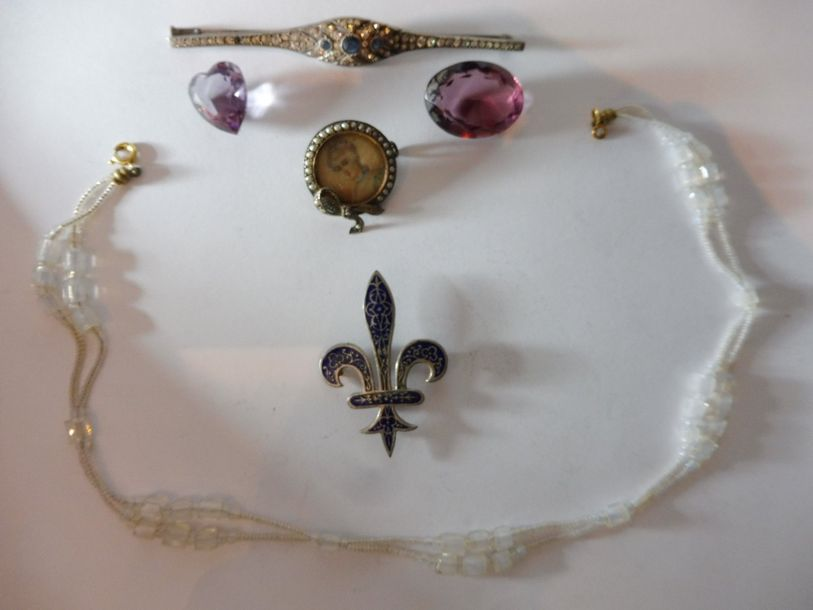 LOT DE BIJOUX ANCIENS comprenant : EPINGLE de cravate ''fleur de lys'' nacre BROCHE…