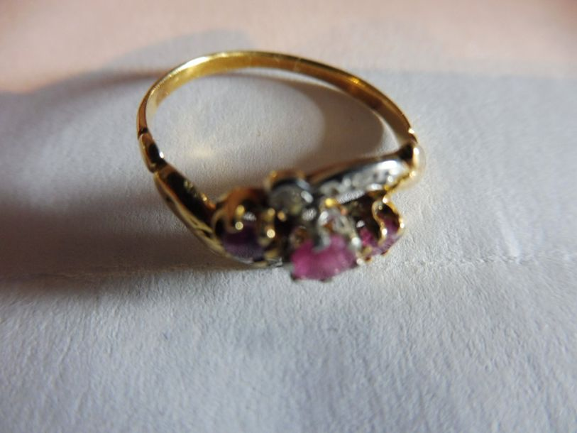 BAGUE volute ornée de 2 rubis pavage de diamants en rose monture or jaune et platine…