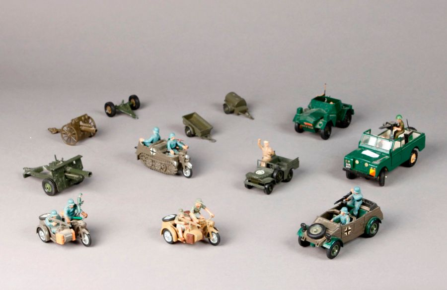 BRITAIN: Véhicules divers dont side-car allemand – Scout-car anglais – Micros …