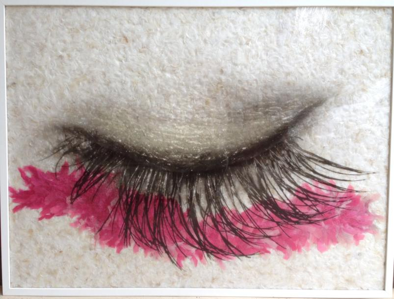 PINK SWEET EYE de DANIEL GASTAUD (1958 à ...) Photo, plumes, plexiglass. Signé au…