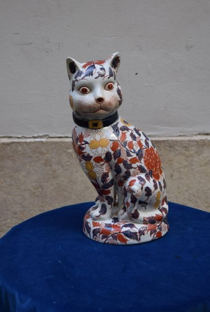 GRAND CHAT en porcelaine à décor Imari. Japon ou Samson à Paris. Haut.: 33 cm.
