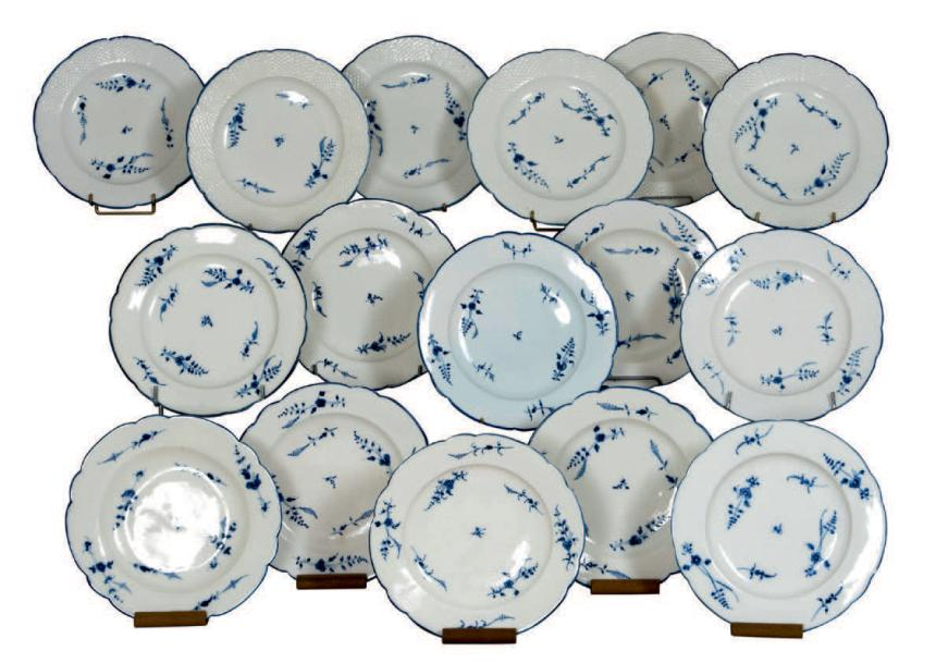 CHANTILLY (porcelaine tendre) Suite de seize assiettes dont six à bord imitant la…