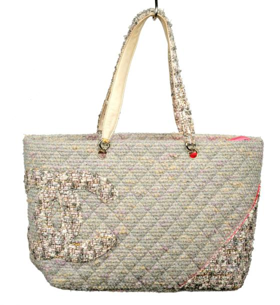 Chanel Grand sac cabas porté épaule en tweed matelassé multicolore, principalement…
