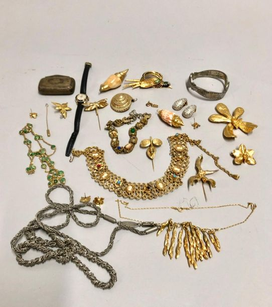 Lot de bijoux fantaisie : collier Guy Laroche, bracelet serpent, collier draperi…