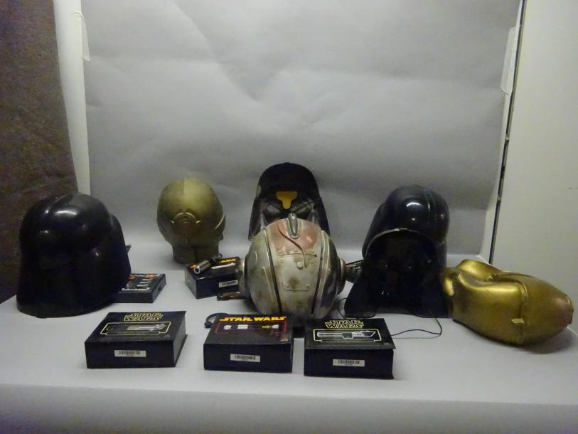 STAR WARS  Lot de 7 casques et masques dont Don-Post.  On y joint 4 Sabres laser…