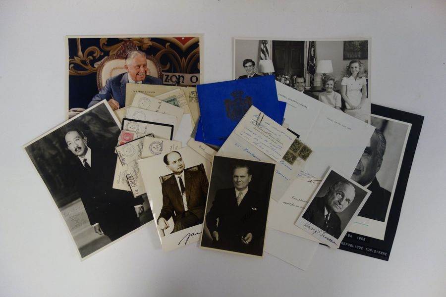 Hommes politiques contemporains.  Lot de 23 documents. Portraits photo.  Avec dédicaces,…
