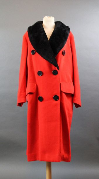 Georges RECH  Manteau en lainage rouge, col en imitation fourrure noire, T.40