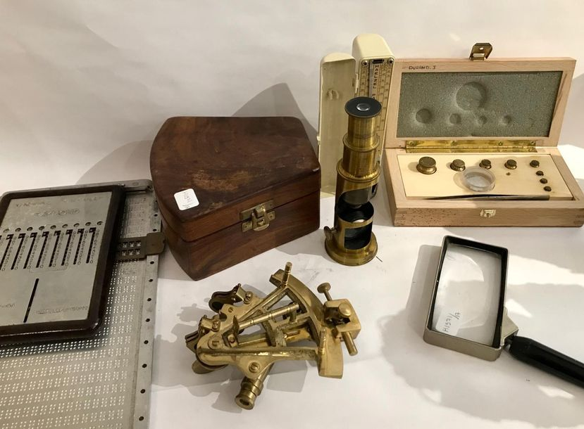 Lot instruments de mesure comprenant: Un petit microscope en laiton H.: 15,5 cm …