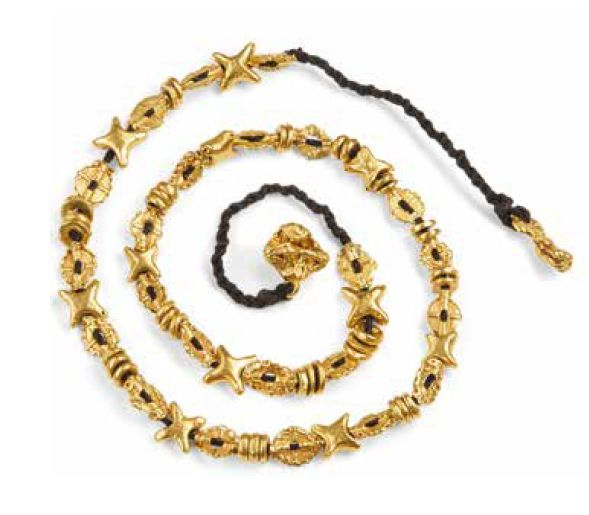 COLLIER AKAN AKAN NECKLACE GHANA Or, fibres Longueur: 65 cm. $ 910-1,400 PROVENANCE…