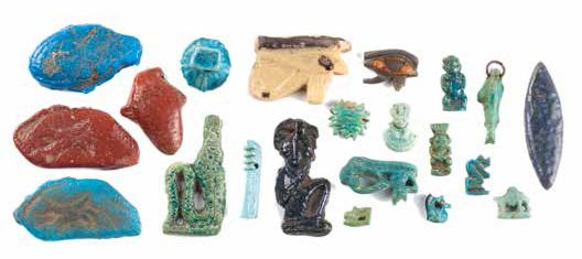 ENSEMBLE D'AMULETTES A GROUP OF EGYPTIAN FAIENCE AMULETS Comprenant quatre yeux…