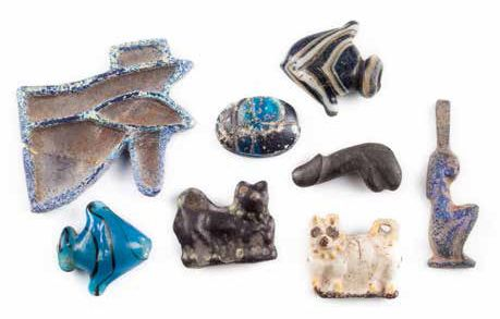 ENSEMBLE D'AMULETTES ET D'INCRUSTATIONS GROUP OF EGYPTIAN GLASS AMULETS AND INLAYS…