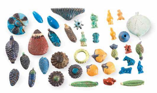 LOT DE PERLES ET D'AMULETTES A GROUP OF EGYPTIAN FAIENCE BEADS AND AMULETS Comprenant…