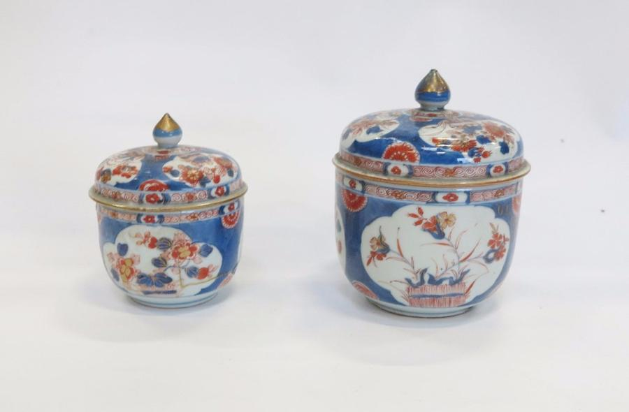 CHINE  PARIS  Deux pots couverts en porcelaine de Chine à décor imari  H : 14,5…