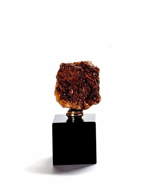 Vanadinite sur baryte  Provenance : Maroc  12 x 11 cm  H. totale : 25 cm