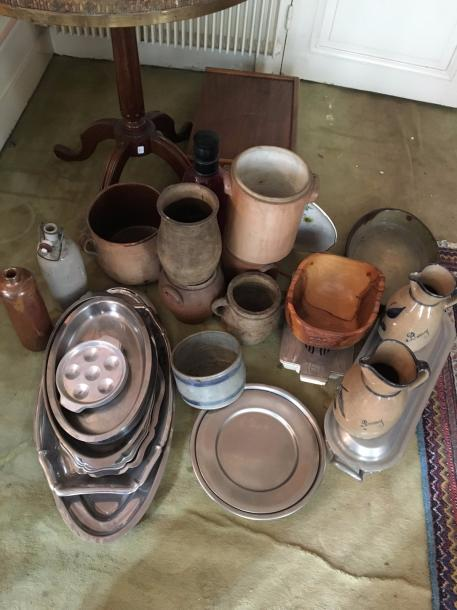 Lot de grés : vase, pot, rechaud, poissonnière, plat inox, pichets,…