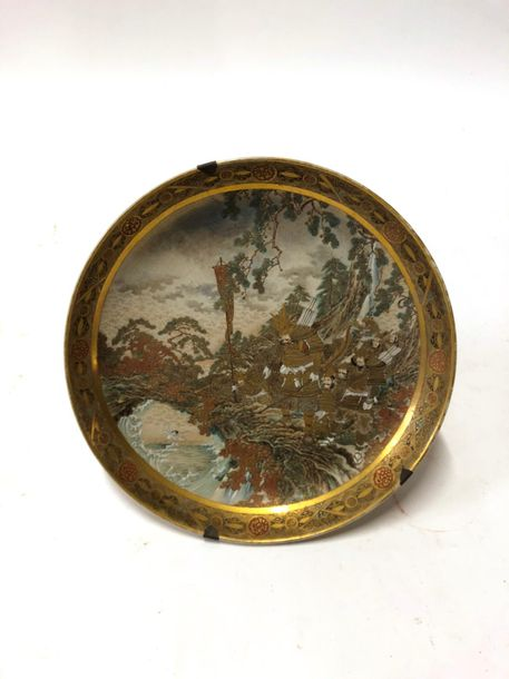 JAPON - ÉPOQUE MEIJI (1868 - 1912) Grand plat en rond à bords relevés en faïence…