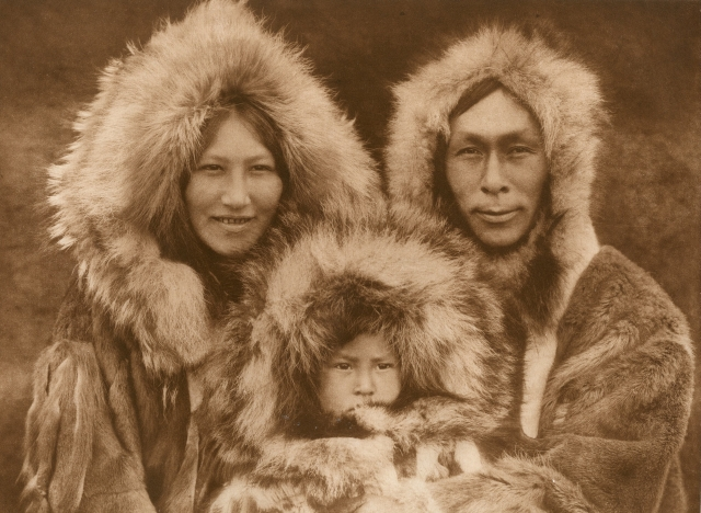 "Edward S. CURTIS (1868-1952) ""A Family Group - Noatak"", c. 1928 Photogravure d'époque,…"