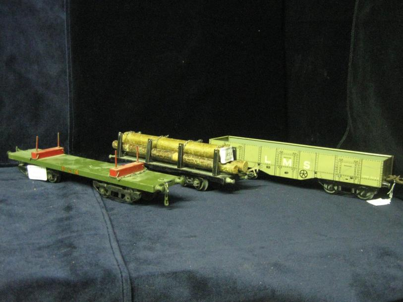 "HORNBY : 3 wagons divers à boggies dont wagon tombereau ""LMS"" wagon porte grumes…"