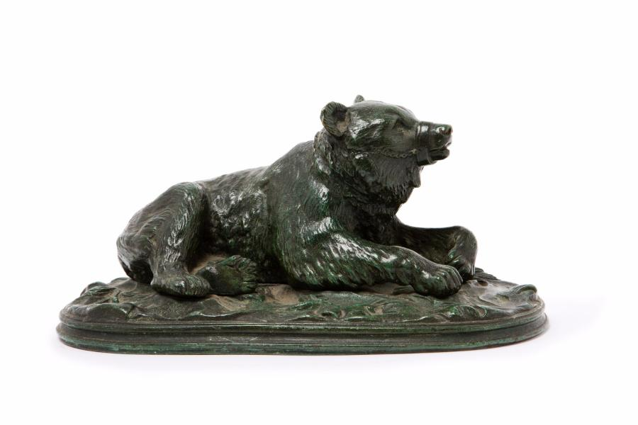 BARYE ALFRED, 1839-1882 Ours couché bronze à patine verte, fonte d'édition posthume,…