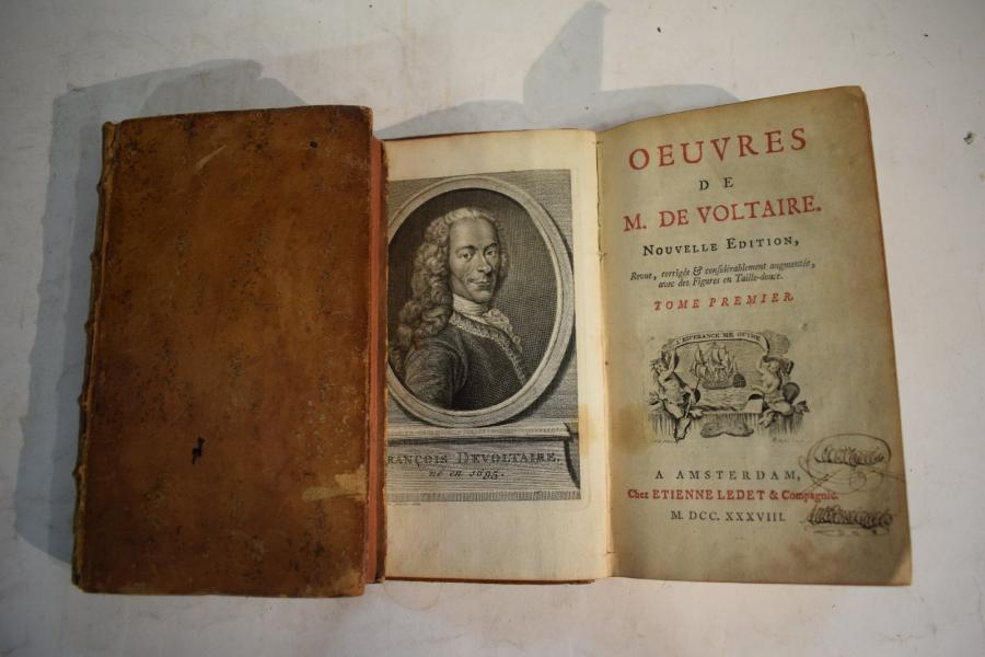 Voltaire, oeuvres. Amsterdam, Ledet et Compagnie, 1738. 2 vol.  In-8 plein-veau,…